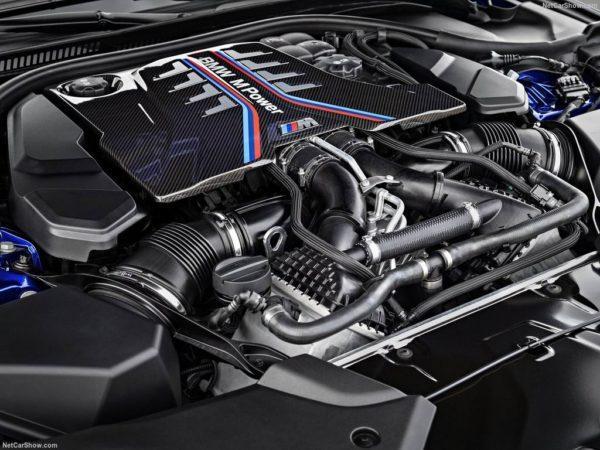 Двигатель под капотом нового M5